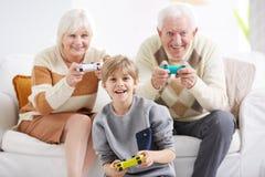 Abuelos que juegan a los videojuegos imagenes de archivo