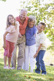 Abuelos que ríen con los nietos Imagenes de archivo