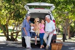 Abuelos que van en viaje por carretera con los nietos Foto de archivo