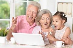 Abuelos y Karaoke del canto del niño imagenes de archivo