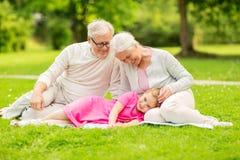 Abuelos y nieta mayores en el parque Fotografía de archivo