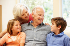 Abuelos y nietos fotos de archivo