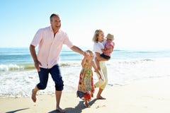 Abuelos y nietos en la playa Imágenes de archivo libres de regalías