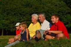 Abuelos y nietos junto Imagen de archivo libre de regalías