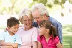 Abuelos y nietos que disfrutan del día Fotos de archivo libres de regalías