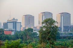 Abuja, Nigéria - 13 mars 2014 : Ministère fédéral de transport et d'autres bâtiments ayant beaucoup d'étages dans Abuja capital Photographie stock