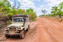 Abuja, Nigéria - 12 mars 2014 : véhicule 4x4 tous terrains sur le chemin de terre rugueux près de la capitale Image stock