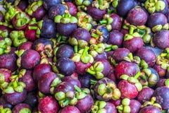 A abundância da rainha do fruto, mangoteen no mercado de fruto Foto de Stock Royalty Free