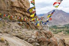 Abundância de bandeiras budistas coloridas da oração no Stupa Fotografia de Stock Royalty Free