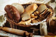 Abundância do fundo cortado do pão Conceito da padaria e do mantimento f imagens de stock