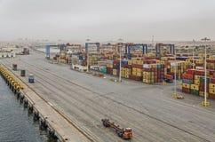 A abundância dos recipientes está esperando o carregamento no porto de Salalah imagens de stock