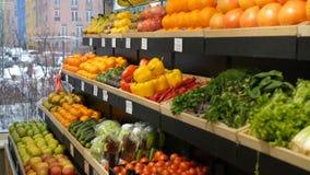 Abundancia de productos orgánicos en uno mismo en la tienda almacen de video