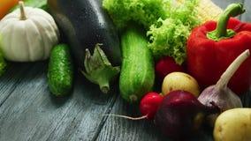 Abundancia de verduras maduras frescas almacen de metraje de vídeo