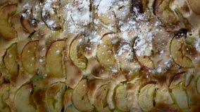 Abundante asperje con la empanada cocida azúcar en polvo Charlotte con las manzanas cocidas en el top metrajes