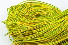 Abundle de vert jaune de câblage cuivre sur une fin blanche de fond  image stock
