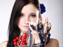 A abundância da menina do verão da joia perla nas mãos Fotografia de Stock Royalty Free