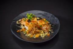 Aburi Salmon Nigiri épicé, a brûlé Salmon Sushi et a complété avec des oeufs de crevette images libres de droits