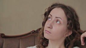 Aburren a la muchacha en casa almacen de metraje de vídeo
