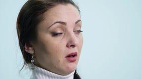 Aburren a la mujer joven en el fondo blanco almacen de metraje de vídeo