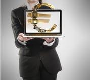 Abusinesswoman mit Laptop- und Eurozeichen in der Hand Stockfotografie