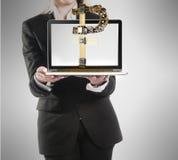 Abusinesswoman mit Laptop- und Rubelzeichen in der Hand Stockbild