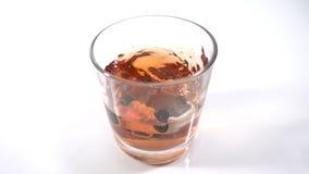 Abuso de álcool, condução bebida - o carro cai em um vidro com álcool, o conceito de um acidente ao conduzir na filme