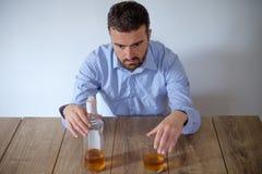 Abuso de álcool do homem imagens de stock