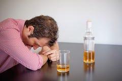 Abuso de álcool do homem fotografia de stock