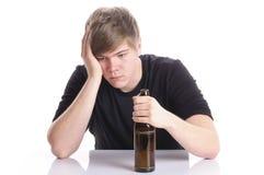 Abuso de álcool do homem novo Fotografia de Stock