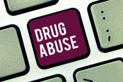 Abuso de drogas da escrita do texto da escrita Conceito que significa a droga obrigatória que procura a tomada habitual das droga fotografia de stock