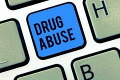 Abuso de drogas do texto da escrita da palavra Conceito do negócio para a droga obrigatória que procura a tomada habitual das dro fotos de stock