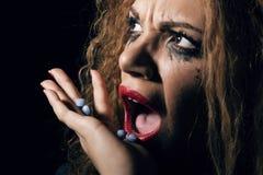Abuso de drogas Mulher com os comprimidos à disposição que tomam algum imagens de stock