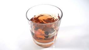 Abuso di alcool, azionamento potabile - l'automobile cade in un vetro con l'alcool, il concetto di un incidente mentre guida nell video d archivio