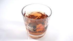 Abuso di alcool, azionamento potabile - l'automobile cade in un vetro con l'alcool, il concetto di un incidente mentre guida nell stock footage