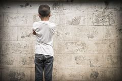 Abuso fisico, bambino spaventato e da solo immagini stock
