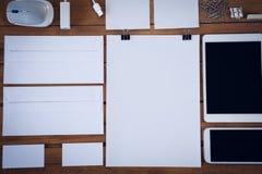 Abvoe direct geschoten van enveloppen met technologieën en bureaulevering Stock Afbeelding