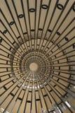 Abwärts gerichtet von einer Wendeltreppe Stockfoto
