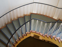Abwärts gerichtete Ansicht einer Wendeltreppe Stockfotografie