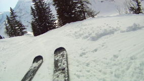 Abwärts Ski fahren