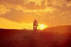 Abwärts vom Berg im Sonnenaufgang Lizenzfreie Stockbilder
