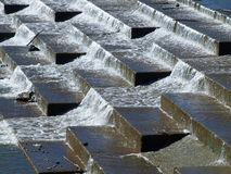 Abwärtssekundärabflusskanal unter Gezeiten- Pool Lizenzfreies Stockbild