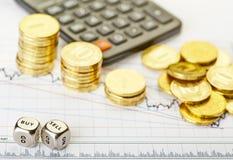 Abwärtstendenzstapel der goldenen Münzen, würfelt Würfel Lizenzfreie Stockfotografie