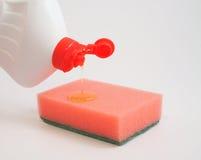 Abwaschflüssigkeit auf einem Schwamm Stockbilder
