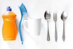 Abwaschflüssigkeit, -Geschirr und -bürsten auf Draufsicht des weißen Hintergrundes Lizenzfreie Stockfotografie