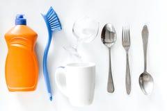 Abwaschflüssigkeit, -Geschirr und -bürsten auf Draufsicht des weißen Hintergrundes Lizenzfreies Stockfoto