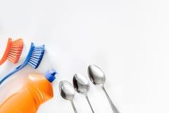 Abwaschflüssigkeit, -Geschirr und -bürsten auf weißem copyspace Draufsicht des Hintergrundes Lizenzfreie Stockfotografie