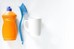 Abwaschflüssigkeit, -Geschirr und -bürsten auf weißem copyspace Draufsicht des Hintergrundes Lizenzfreies Stockbild
