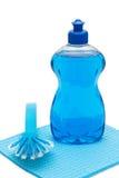 Abwaschflüssigkeit mit Bürste und Stoff Lizenzfreies Stockfoto