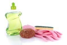 Abwaschflüssigkeit mit Schwämmen und Handschuhen Stockfotografie