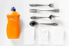Abwaschflüssigkeit, -schwamm und -Geschirr auf Draufsicht des weißen Hintergrundes Lizenzfreies Stockfoto